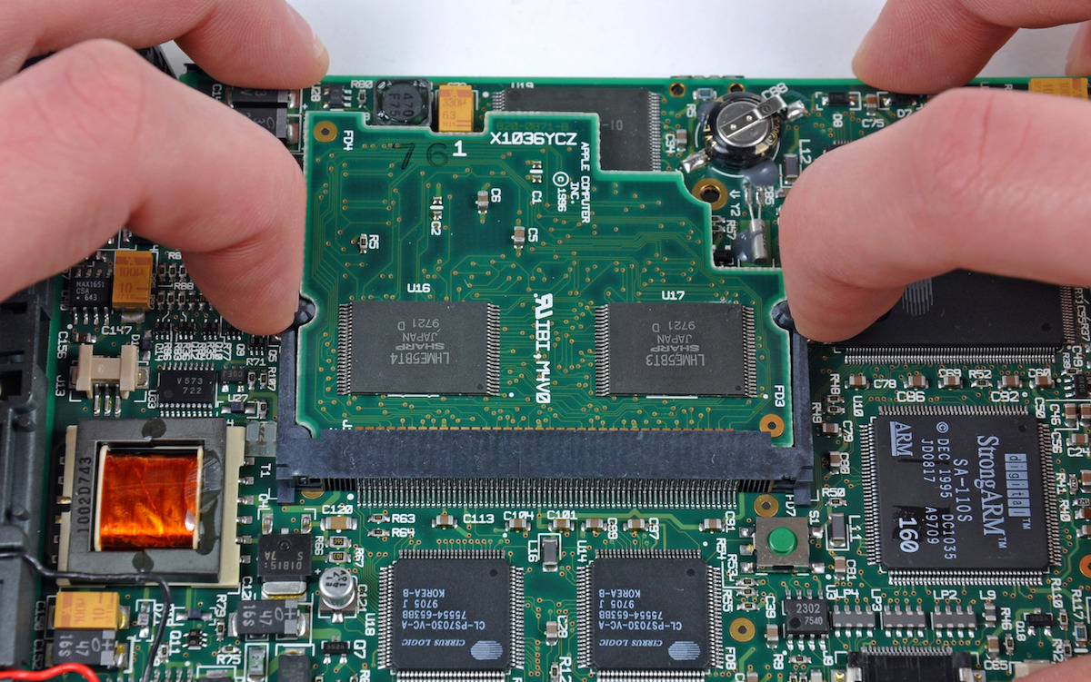 Apple Newton, MessagePad (1998). Motherboard. Photo iFixit.